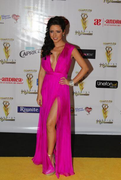 Mostrando pierna y escote en los Premios TVyNovelas.