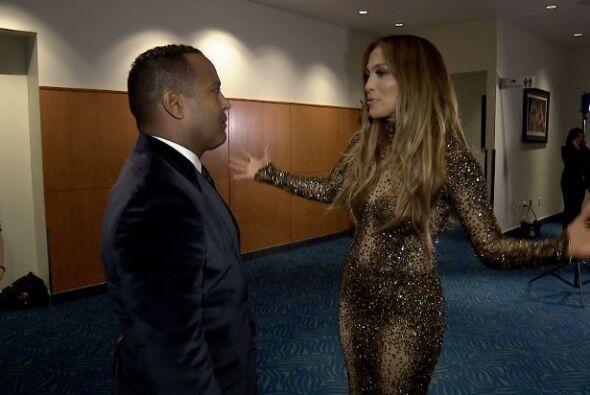 Tras bastidores Tony Dandrades la esperaba para hablar con ella en exclu...