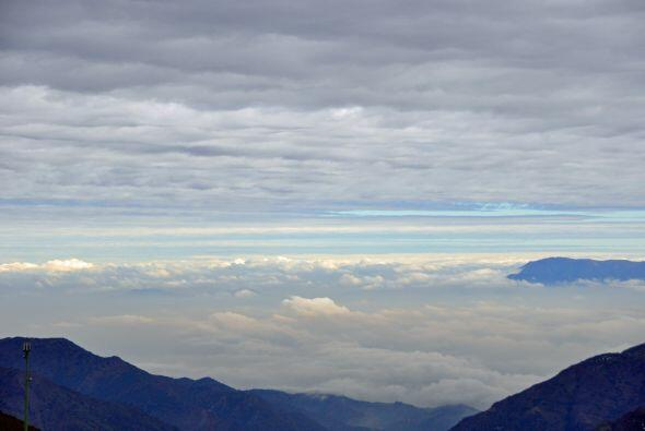 Santiago cubierto por las nubes desde El Colorado.