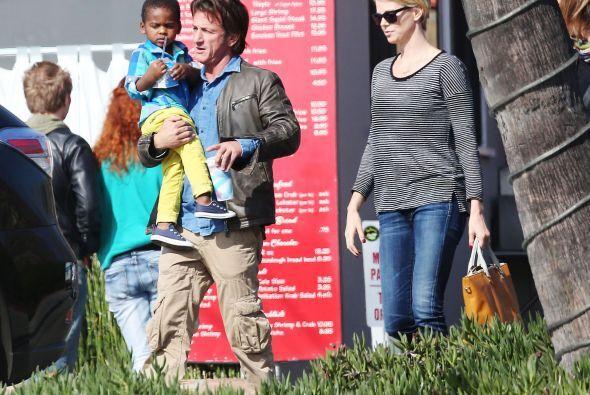 El romance de Sean Penn y Charlize Theron va 'viento en popa'. Más video...