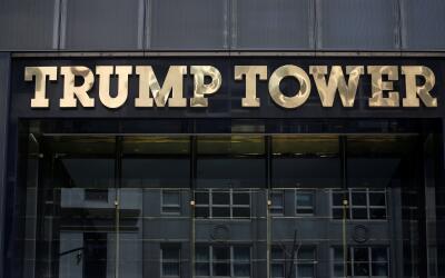 El logo de la Torre Trump en la Quinta Avenida de Nueva York.