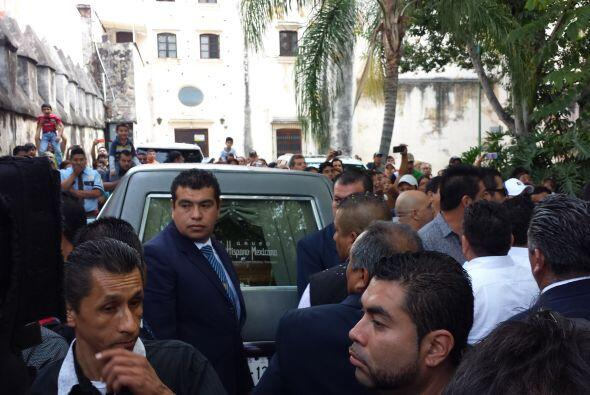 Los guardias de seguridad trataban de contener la calma entre los seguid...