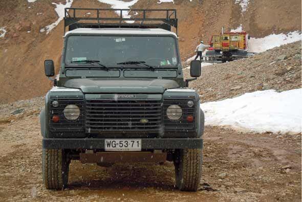 Esta Defender utiliza un motor V8 de 3.9 litros con 182 caballos de fuerza.