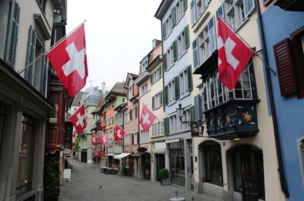 4. Zúrich, Suiza. La hermosa, pero fría ciudad, es un lujo donde un medi...