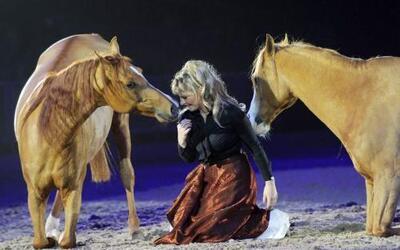 """Sylve Willms en un show con dos caballos, en el evento hípico llamado """"C..."""