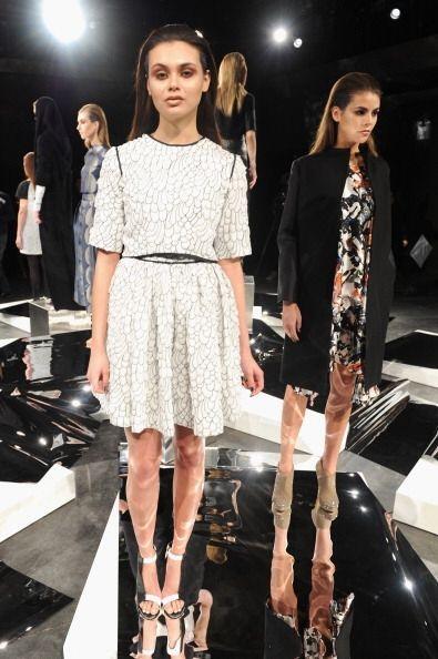 También forman parte de la colección vestidos de corte clásico de línea...