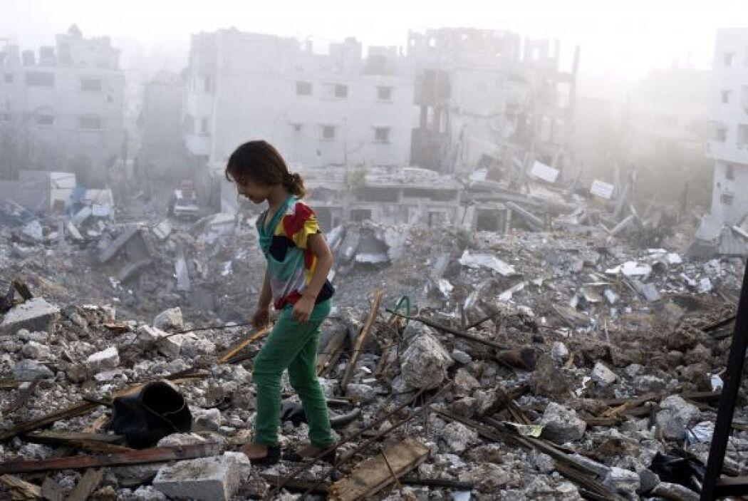 Una niña palestina camina sobre los escombros esparcidos de lo que quedó...