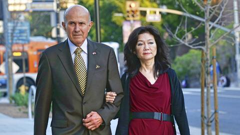Lee Baca llegó al tribunal acompañado de su esposa para es...