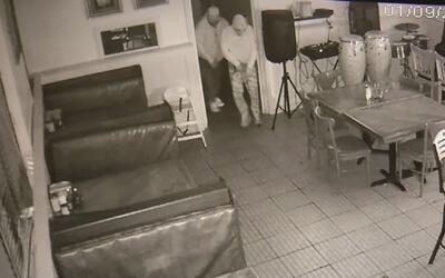 Policía busca activamente a tres hombres sospechosos de robar en una caf...
