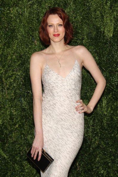 La modelo y cantante Karen Elson asistió con un vestido con detalles de...