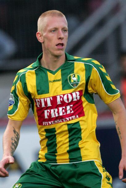 La mitad del campo inicia con Lex Immers, jugador del Feyenoord, que mar...
