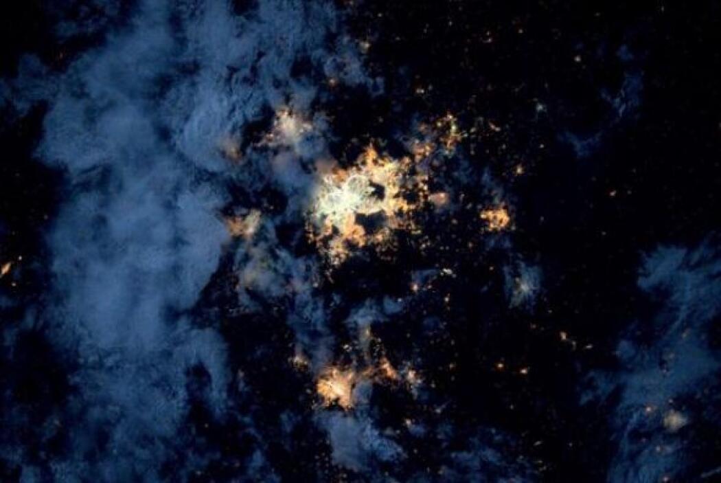 Ciudad de México. Las luces se ven geniales con cielos parcialmente nubl...