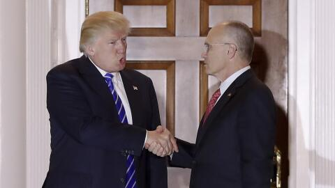 Donald Trump (i) y Andy Puzder (d), se dan la mano en el Trump National...