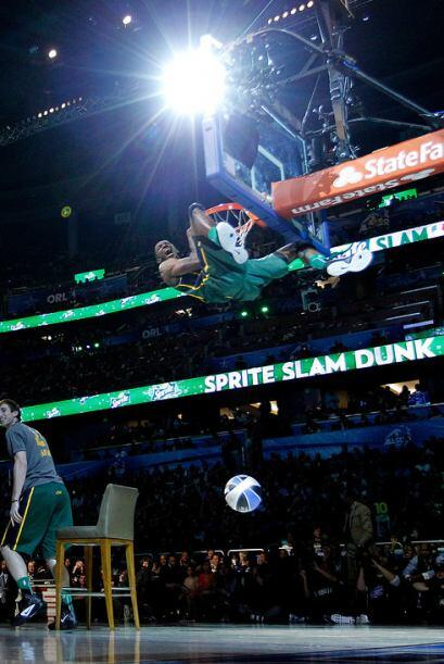 2012 - Jeremy Evans, de los Utah Jazz salta sobre su compañero Gordon Ha...