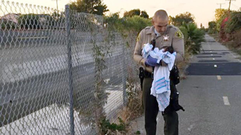 El rescate de la bebé por parte de las autoridades.
