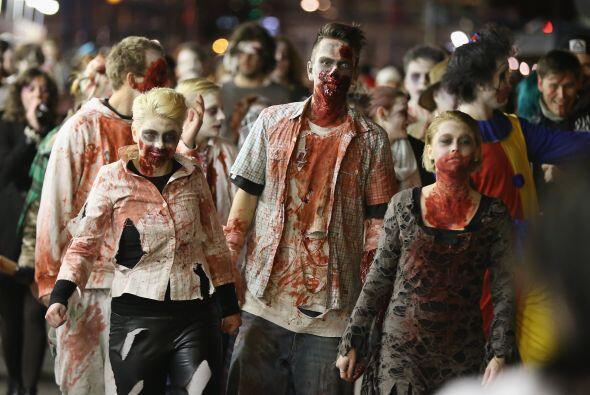 Los zombis chocan con todo rompiendo su ropa, corta con tijeras o navaja...