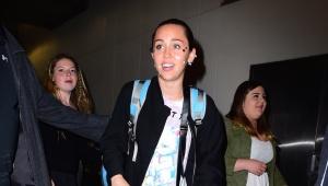 Miley Cyrus apareció con calcomanías en la cara.