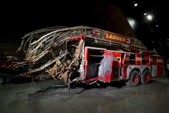Imagen que muestra un coche de bomberos en el que perecieron tres miembr...
