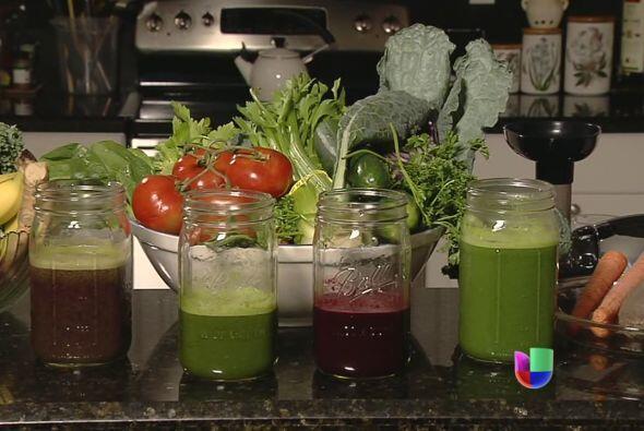 Tomar jugos extraídos de vegetales y frutas se está hacien...