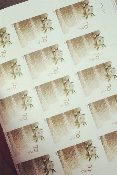 Vanessa tiene listos los sellos, solo le resta enviar las invitaciones d...