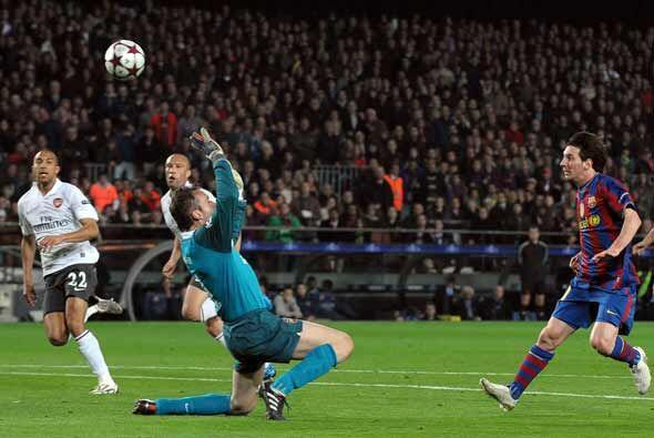Casi terminaba la primera parte y Messi alcanzó el 'hat-trick' tras punt...