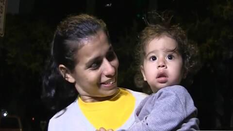 La hondureña Karla Boquín carga al menor de sus cinco hijo...