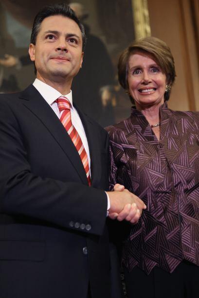 Flanqueada por otros líderes demócratas de la Cámar...