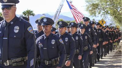 Policías de Palm Springs dan el último adiós a sus compañeros.