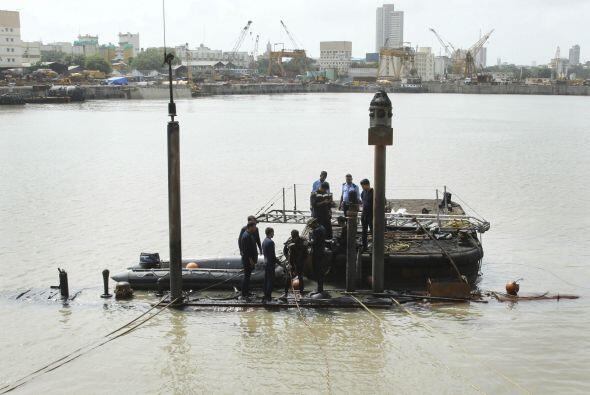 La nave se sumergió en su atracadero en el astillero naval la mad...