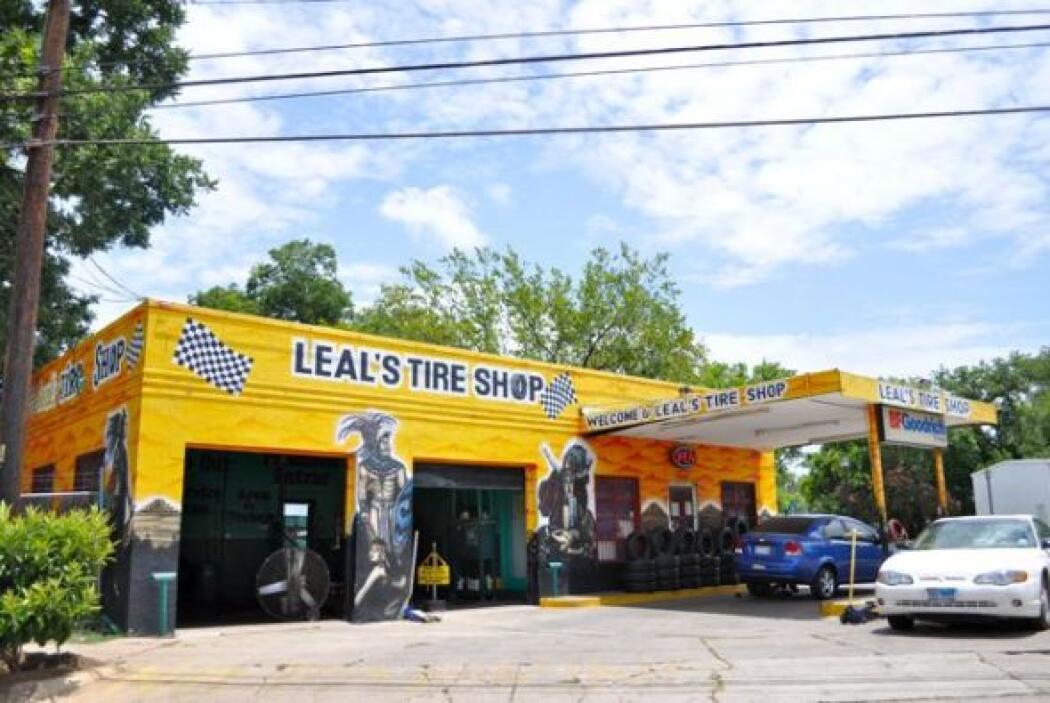 Leal's Tire Shop, en la esquina de César Chavez y Chicón, es una institu...