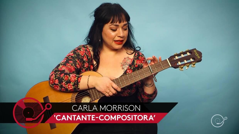 Music hack: Carla Morrison toca la guitarra con un capo improvisado