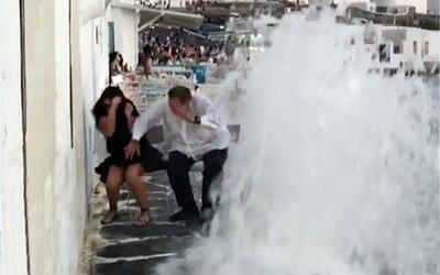 A Raúl y Mia de Molina casi se los lleva una ola en Grecia