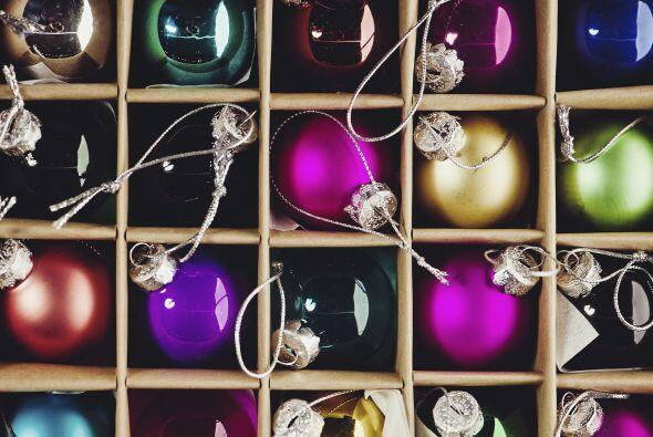 Guarda las cajas. Procura poner las decoraciones del árbol navide...