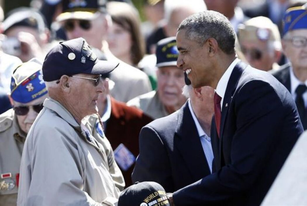El presidente estadounidense Barack Obama, conversa con un veterano dura...
