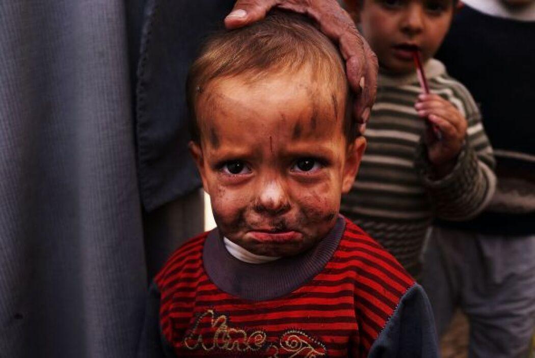 Un niño sirio desplazado se observa en un improvisado campamento para l...