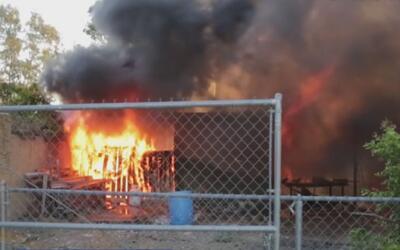 Rescatan con vida a un bebé del voraz incendio de una casa y un vehículo...