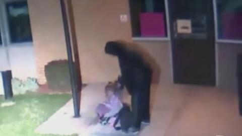 El video que muestra a este hombre dejando a su hija de 5 años fuera de...