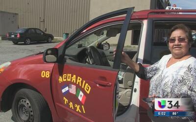 Mujer taxista preocupada por la seguridad
