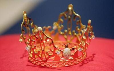 La tiara de oro de 18 quilates y diamantes que Victoria Beckham llevó en...