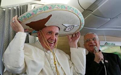 El papa Francisco se pone un sombrero mexicano a bordo del avión de Roma...