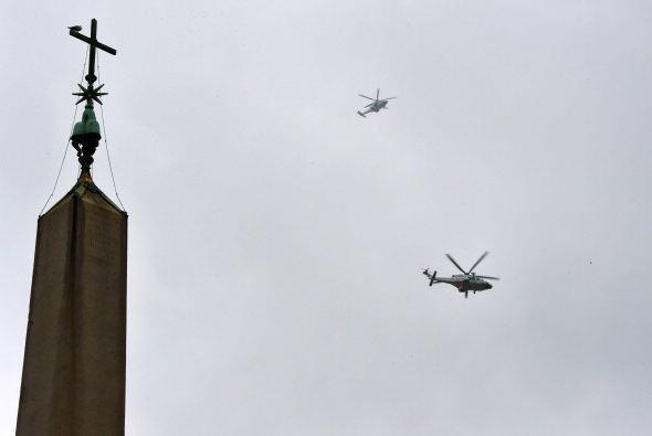 Un par de helicópteros sobrevolando el cielo del Vaticano.