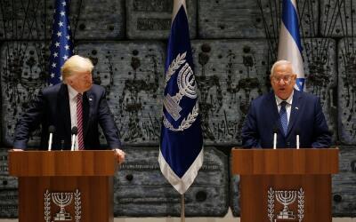 Donald Trump y Reuven Rivlin, presidente de Israel, en una declaraci&oac...