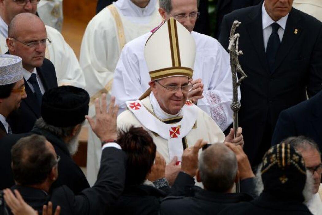 Desde un altar de madera, rodeado de varios obispos y de los ocho carden...