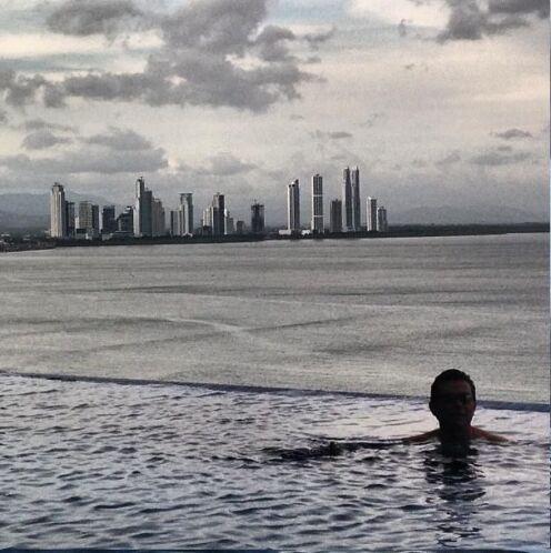 Esta era la alberca del hotel, que tiende a confundirse con el mar...  E...