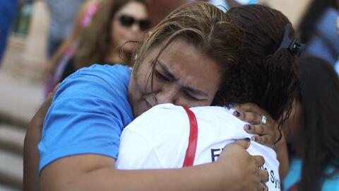La activista colombiana Dian Alarcón se abraza a una mujer durante una p...