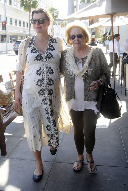Milla usó un vestido holgado en tono crema que se veía bastante cómodo.