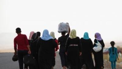 Familias iraquíes huyen de la localidad de Kalak, norte de Irak, tras el...
