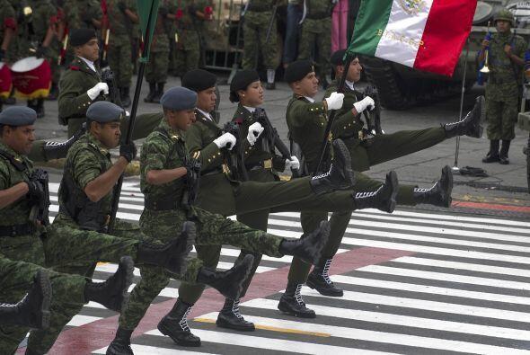 Luego, tiene lugar un desfile militar.
