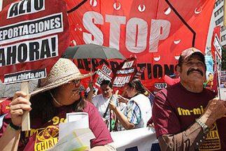 Inmigrantes protestan en Los Angeles, California, contra la política de...