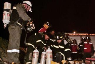 Decenas de rescatistas luchan por hallar con vida a los 34 mineros atrap...